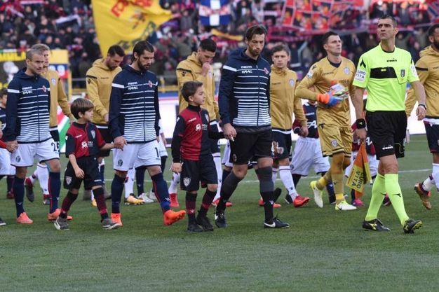 L'entrata delle squadre in campo (foto Schicchi)