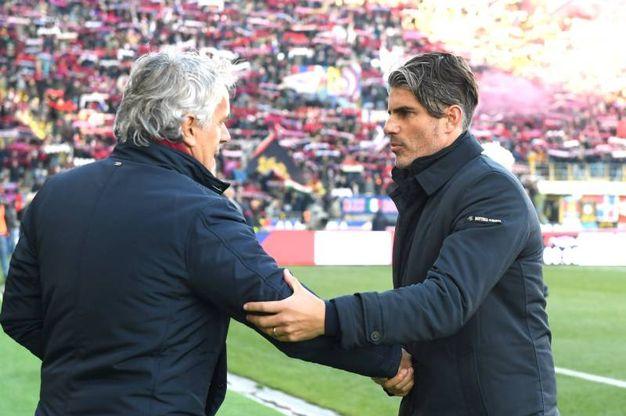 La stretta di mano tra i due allenatori (foto LaPresse)