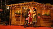 Bambini e famiglie si divertono con un Babbo Natale giocherellone (foto Ravaglia)