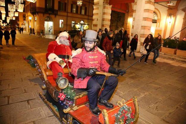 Babbo Natale sulla slitta per le strade di Cesena (foto Ravaglia)