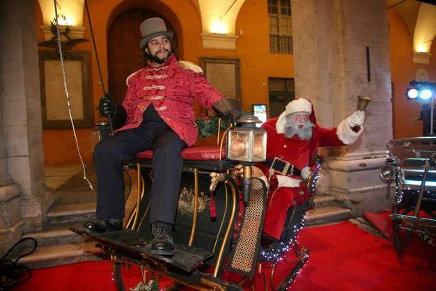 Un divertente spettacolo di animazione itinerante con uno speciale Babbo Natale (foto Ravaglia)