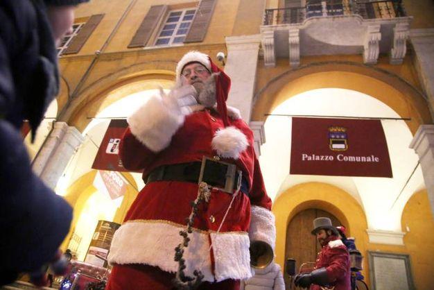 Un simpatico Babbo Natale per il divertimento di tutti i bambini (foto Ravaglia)