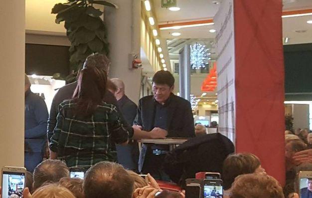 Morandi  firma le copie del suono disco 'D'amore d'autore'