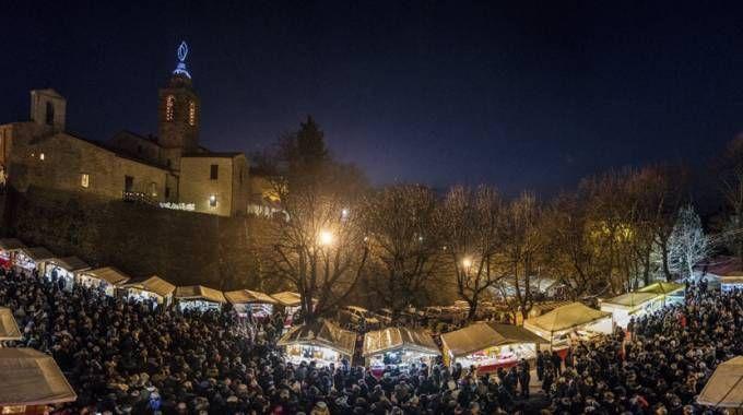 Una panoramica di Candelara durante la festa delle candele