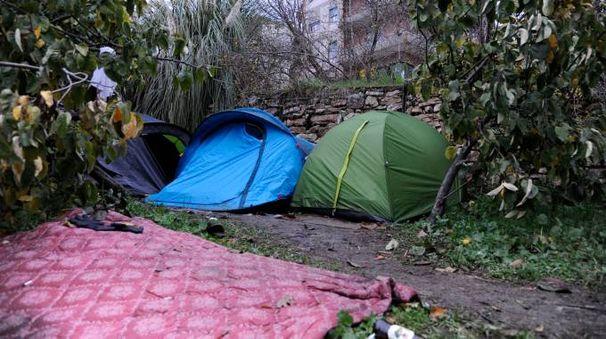 Alcune delle tende sotto via Rossi (foto Calavita)