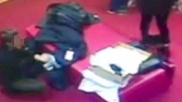 OCCHIO ELETTRONICO Le due ragazze immortalate dal sistema di videosorveglianza interno del negozio di calzature mentre rubano
