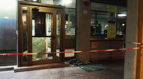 La filiale della banca di Imola danneggiata dall'esplosione del bancomat