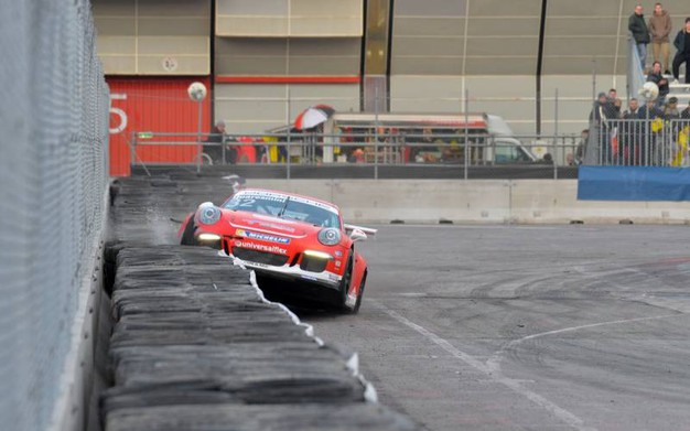 La Porsche 991 GT3 Cup quasi 'decolla' sulle protezioni a bordo pista (foto di Luigi Sani)