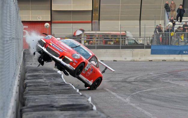 La Porsche si impenna (foto di Luigi Sani)