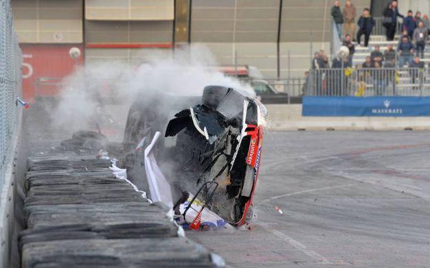 L'auto si ribalta su un fianco (foto di Luigi Sani)