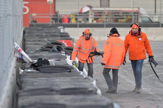 I commissari raccolgono pezzi dell'auto di Quaresmini (foto di Luigi Sani)