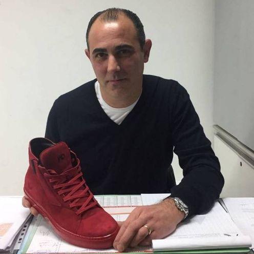 Moreno Ciccioli mostra le Jad, le scarpe firmate da Drogba e prodotte a Montegranaro