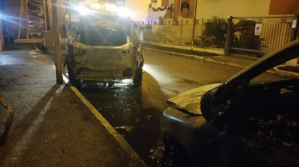 Le auto bruciate in via Monte S. Michele a San Benedetto del Tronto