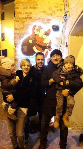 Il presidente dell' Ente Parco Davide Manenti con una famiglia in visita a Fiorenzuola