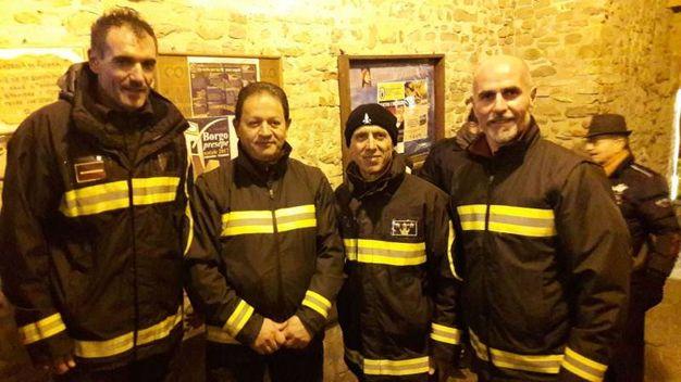 I vigili del fuoco che hanno protetto il centro abitato quando è stato aggredito dall incendio del San Bartolo