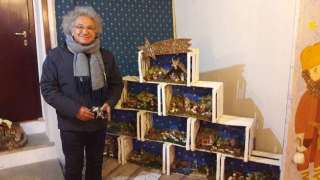Massimo D' Angeli, presidente della comunità San Bartolo con uno dei presepi in mostra fatto dalle scuole