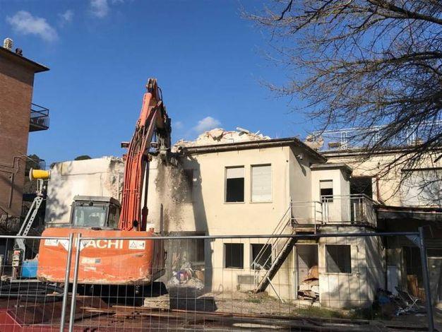 Danneggiato dal terremoto, l'edificio di via Settempeda viene demolito