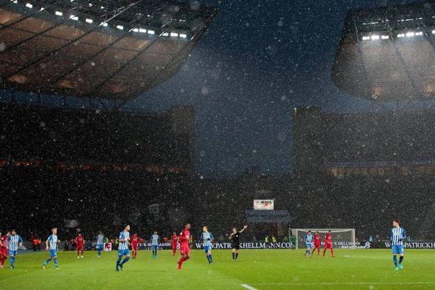 Nevicata durante la partita Francoforte-Berlino del 3/12 (foto Ansa)