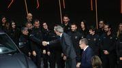 Gentiloni saluta i dipendenti sul palco (Schicchi)