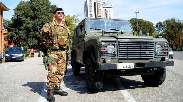 L'esercito davanti alla stazione