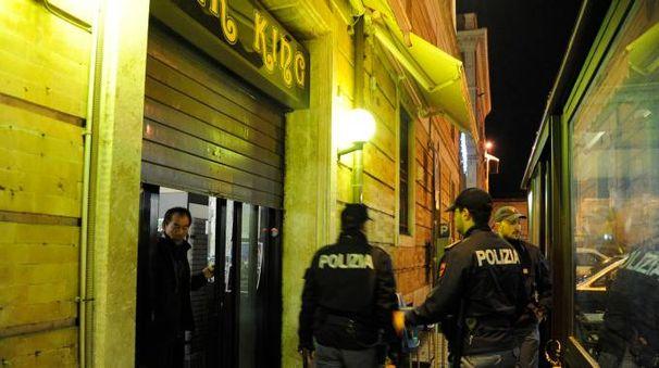 La polizia chiude il bar King (Calavita)