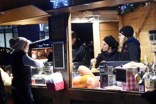 Anche quest'ano il 'Villaggio di Natale francese' anima piazza Minghetti (foto Schicchi)