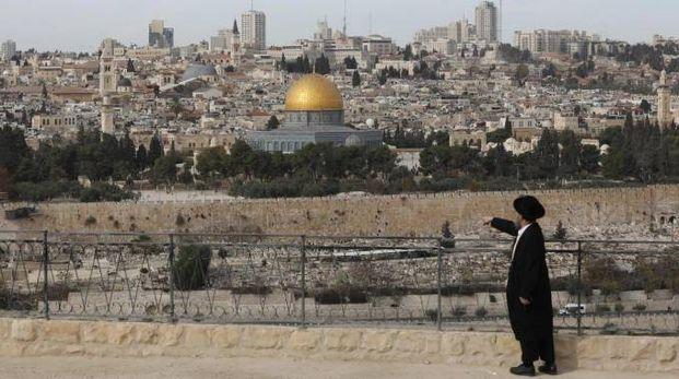 Gerusalemme, un ebreo ultra-ortodosso al cimitero del Monte degli Ulivi (Ansa)