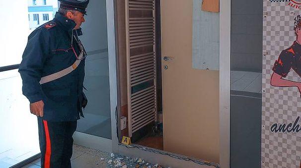 I carabinieri all'Eurocellular dopo il furto (Fotoprint)