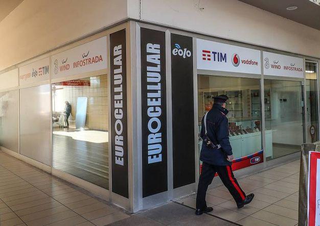 I ladri hanno aperto le casseforti e hanno rubato decine di cellulari (Fotoprint)