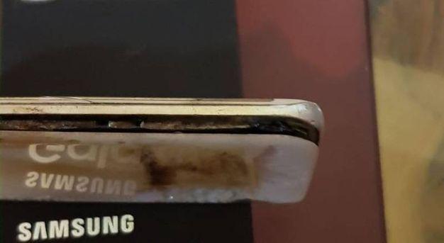 Il telefono ha iniziato a fumare e poi è esploso in faccia al proprietario  (Foto Petrelli)
