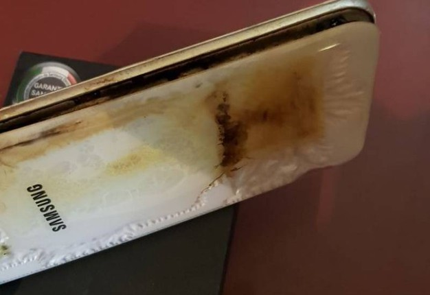 Lo smartphone che ha preso fuoco (Foto Petrelli)