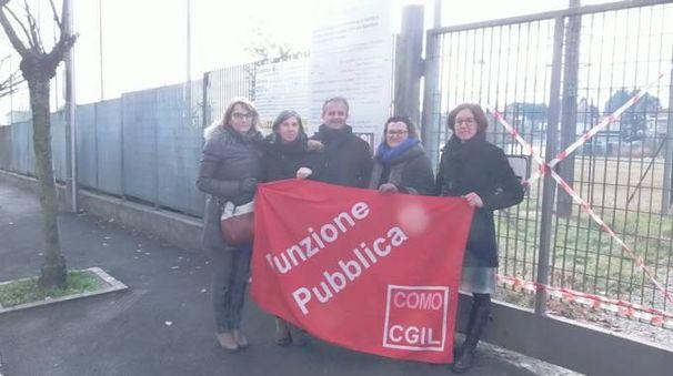 I sindacati di fronte al centro sportivo di via Milano