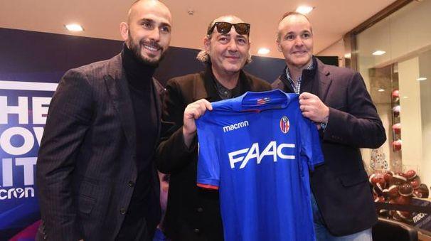 Marco Di Vaio, Luca Carboni e Joey Saputo con la terza maglia del Bologna Fc, FotoSchicchi