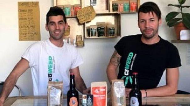 Fabio Elleri (a sinistra) uno dei titolari dei negozi Cbweed