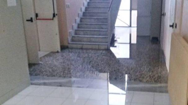 I corridoi e le scale coperte da due centimetri d'acqua