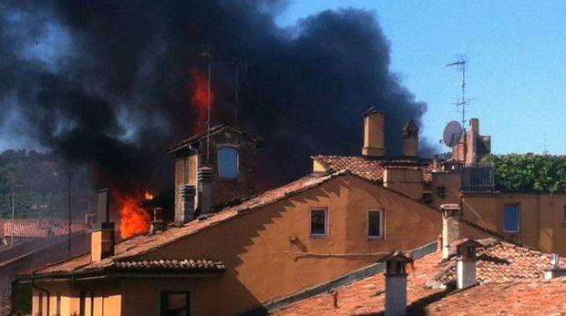 L'incendio che devastò i civici 19, 21 e 21/A la mattina del 25 giugno 2013 (FotoSchicchi)