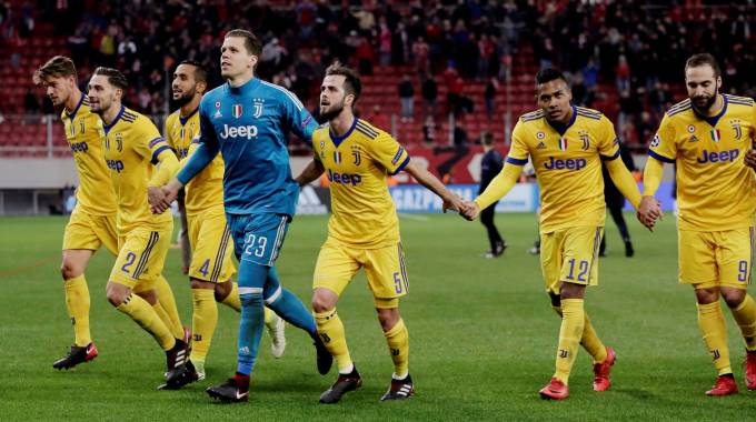 I giocatori della Juventus celebrano la vittoria per 0-2 sull'Olympiacos (Lapresse)