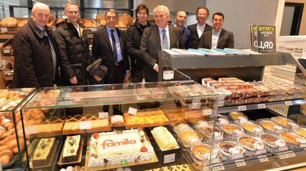 Grande festa con una torta in primo piano (foto Cristiano Frasca)