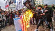 Manifestanti bruciano bandiera USA a Gaza city (foto AFP)