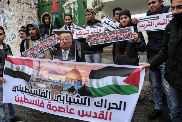 Giovani palestinesi nel sud di Gaza dichiarano Gerusalemme capitale della Palestina (foto AFP)