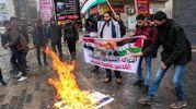 Il movimento di protesta dei giovani palestinesi brucia effigi di Donald Trump(foto AFP)