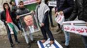 Manifestanti calpestano bandiera di Israele a Gaza (foto AFP)