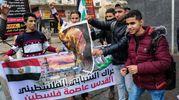 Giovani manifestanti protestano per le starde di Gaza city (foto AFP)