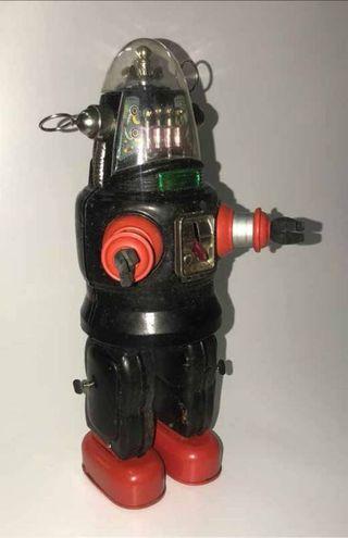 un giocattolo negli anni '40 e '50 aveva un significato assai diverso rispetto ad oggi. Nella foto: Roby robot in latta a pile, Giappone 1955