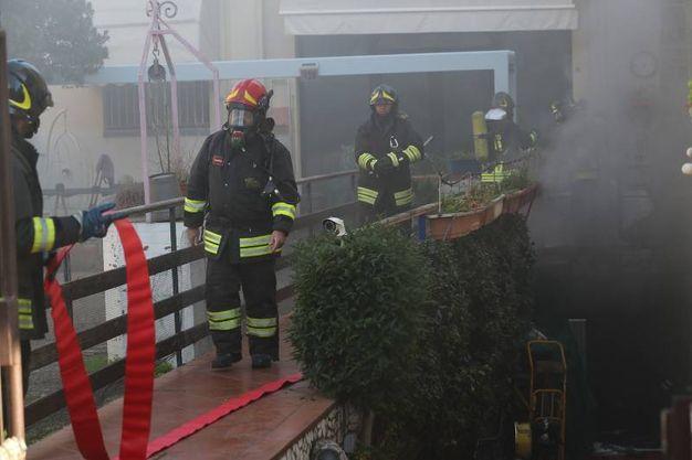 Garage in fiamme a Ravenna (foto Zani)