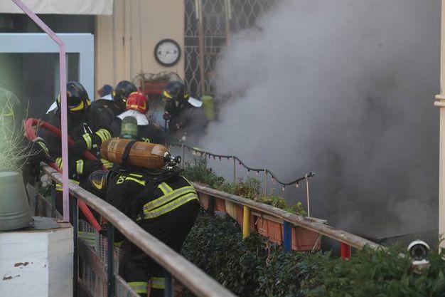 Il violento incendio divampato nel garage di un'abitazione in via Ravegnana al civico 130