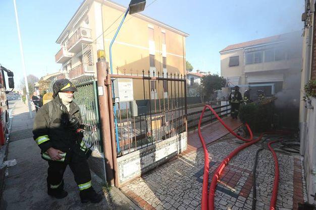 La strada, nel tratto dell'incendio, è stata chiusa (foto Zani)