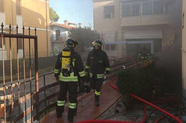 L'intervento dei vigili del fuoco in via Ravegnana (foto Zani)