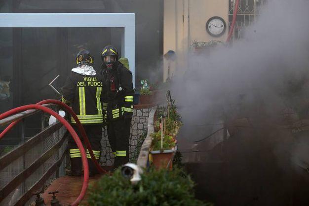 Garage in fiamme, paura in via Ravegnana (foto Zani)