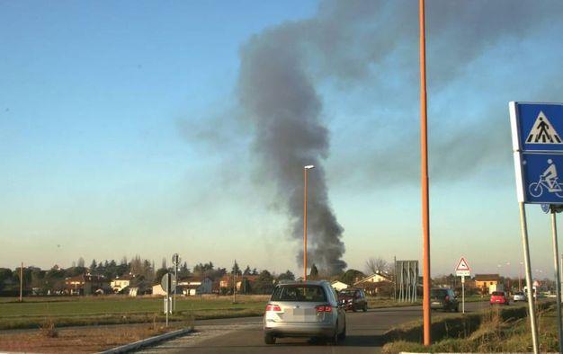 La colonna di fumo visibile da tutta la città (foto Ravaglia)